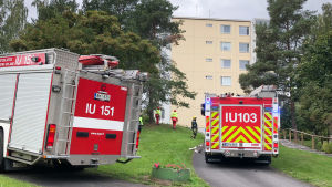 brandbilar framför höghus