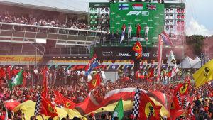 Ferrarifans firar Leclercs seger