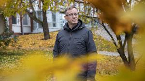 kuntayhtymän johtaja Heikki Helve presidentinkadun oppilaitoksen edustalla