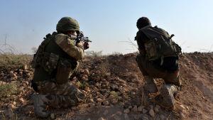 Kaksi turkkilaissotilasta tähystämässä.