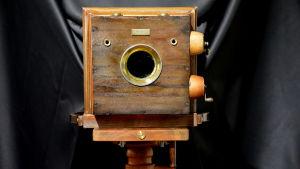 Gammal kamera av trä.