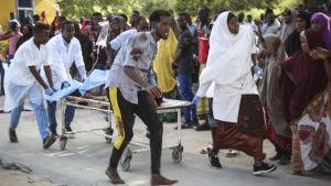 En person som skadats i explosionen fördes till sjukhuset för vård i Mogadishu, Somalia den 28 december 2019.