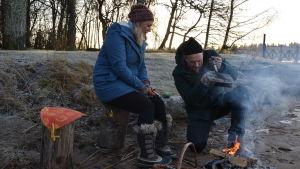 Elin Skagersten-Ström ja Anders Samuelsson grillaavat voileivän avotulella Strömsön rannalla.