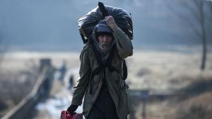 Migrant vandrar mot floden Meritsa, nära Edirne för att ta en båt över till Grekland 1.3.2020