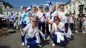 Suomalaisia euroviisufaneja Suomi-vaatteissa ja -kasvomaaleissa Malmön torilla ennen vuoden 2013 euroviisufinaalia.