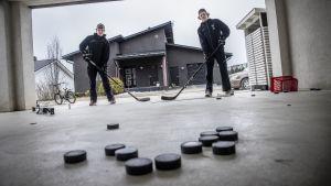 KalPan A-Junnujen Tuomas Hynninen ja KalPan B-Junnujen Topias Hynninen harjoittelemassa kotipihallansa