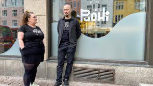 Juomapuohin yrittäjät Reeta ja Jesse Kallio ravintolansa edustalla