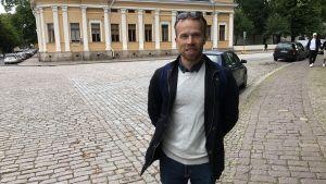 Mikko Rautiainen framför ett gult hus