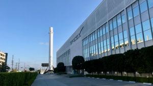 Ensimmäinen lentonsa jälkeen takaisin laskeutunut Falcon 9:n vaihe on esillä SpaceX:n pääkonttorin pihalla.