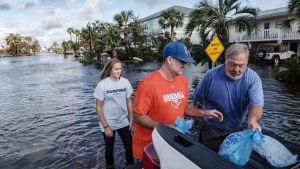 Invånare i Orange Beach i Alabama hämtade is till sina hus som har omringats av vatten.