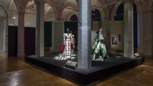 Sara Danius och Per Engshedens Nobelklänningar framställda på Nationalmuseum i Sverige.