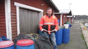 Fiskare vid sin fiskebod i Hangöby hamn