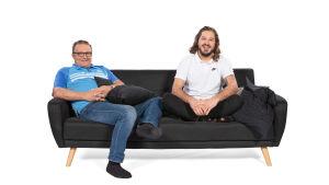 Robert ja Tom istuvat sohvalla.