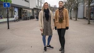 Alexandra Lundmark och Louise Kjellberg på Köpmansgatan i Karis.
