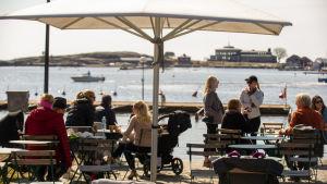Människor på en uteservering i Helsingfors.