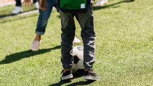 Skolbarn spelar fotboll på rasten