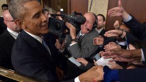 Barack Obama avtackas efter sitt tal till nationen.