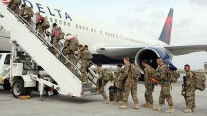 Amerikanska soldater påväg hem från Afghanistan.