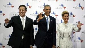 Barack Obama tillsammans med Panamas president Juan Carlos Varela och presidentfrun Lorena Castillo.