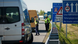 Österrikisk polis kontrollerar fordon och söker efter illegala immigranter vid gränsen till Ungern.