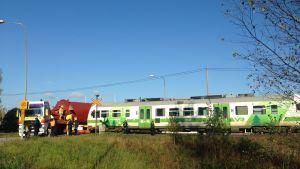 Rälsbuss har krockat med en specialtransport i Ekenäs.