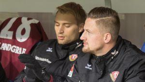 Tim Väyrynen och Hendrik Starostzik på Dynamo Dressdens avbytarbänk i matchen mot Arminia Bielefeld.