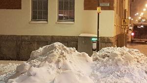 Snöhög gör det omöjligt att komma tillräckligt nära en laddningsplats för elbilar i Helsingfors.