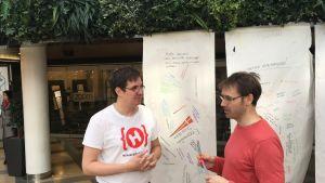 Två anställda vid Hub Turku samtalar med varandra.