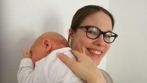 Kira Schroeder med sin dotter i mars 2017.
