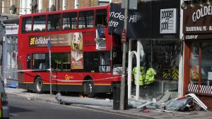 Dubbeldäckare krockade in i en butikslokal i södra london.