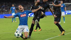 Dries Mertens faller tungt i en Champions League-kvalmatch 2017.