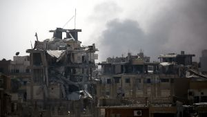 Skelett av sönderbombade hus i Raqqa.