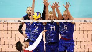 Finlands lag försöker blocka Polens anfall.