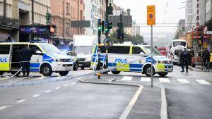 Polisbilar har spärrat av en gata i centrala Stockholm.