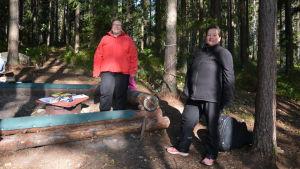 Två kvinnor i skogen.