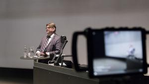 Timo Soini vieraili Tikkurilan lukiossa Martti Ahtisaaripäivien aikana.