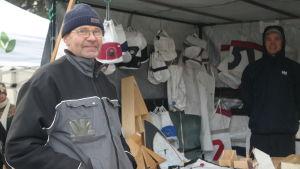 Jack Henriksson vid sitt stånd med saker gjorda av bland annat gamla segel