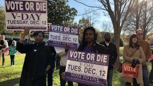 Rösta eller dö är uppmaningen på valplakatet i Alabama