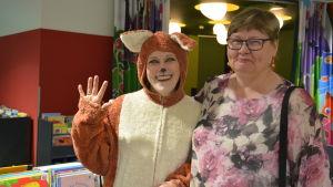 En person utklädd till räv och en kvinna.
