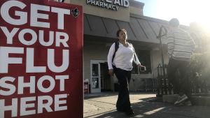 Influensavaccin är lätt att få i USA eftersom snabbköp som säljer medicin kan ge sprutan.