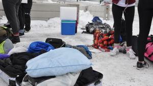 kappsäckar med dynor, filtar och kläder inför Marcus & Martinus-konsert