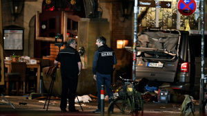 Två poliser står brevid skåpbilen som körde in i en folkmassa i Münster 7.4.2018.