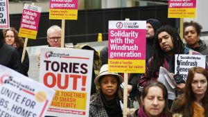 En demonstration för Windrush-generationen utanför inrikesministeriet i London den 28 april.