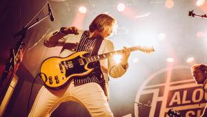 Haloo Helsingin Leo soittaa kitaraa Tavastialla. Sivussa näkyy myös toinen kitaristi Leo.