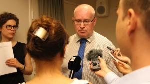 Arbetsminister Jari Lindström presenterar ministeriets förslag till självständig jobbsökning.