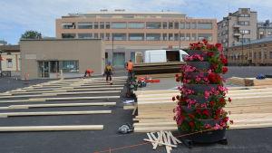 Underlaget för en terrass byggs på torget i Jakobstad