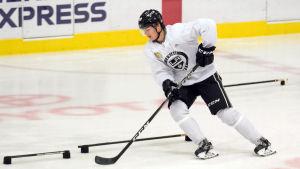 Direkt efter att ha blivit draftad deltog Rasmus Kupari i Los Angeles utvecklingsläger.