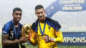 Den franska fotbollsmålvakten Alphonse Areola håller i VM-pokalen