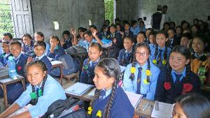 nepalesiska skolelever i klassrum