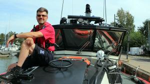 Sjöräddare Mikael sitter i fören av sjöräddningsbåten.